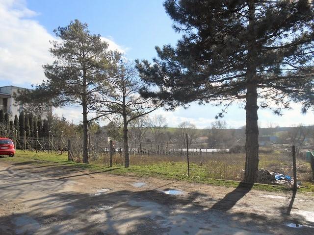 Pohled od silnice, levá část