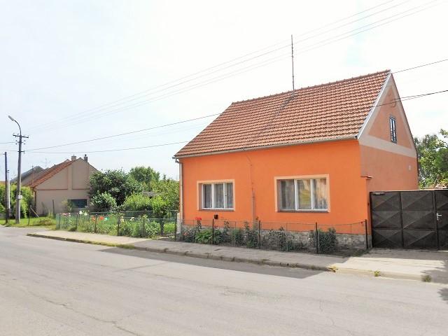 Dům, pohled šikmo přes silnici