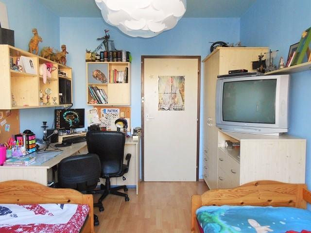 Dětský pokoj, pohled od okna