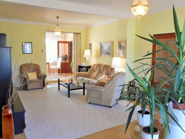 Obývací pokoj, pohled k jídelně