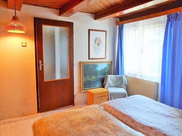 Ložnice, pohled k oknu a dveřím