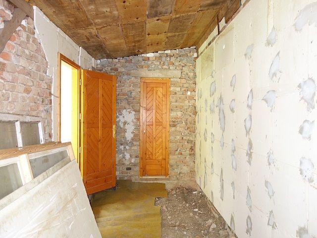 Přístavba uvnitř, pohled ke dveřím