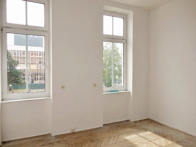 Přední kancelář, pohled k oknu