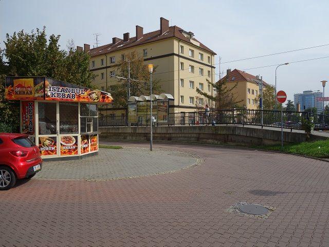 Pohled kzastávce tramvaje