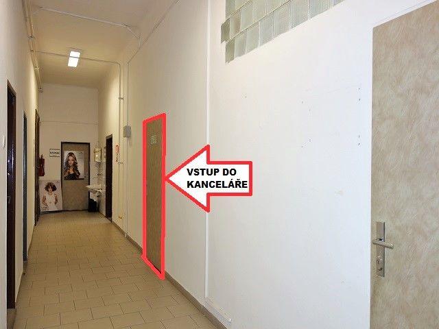 Chodba zezadu a dveře kanceláře