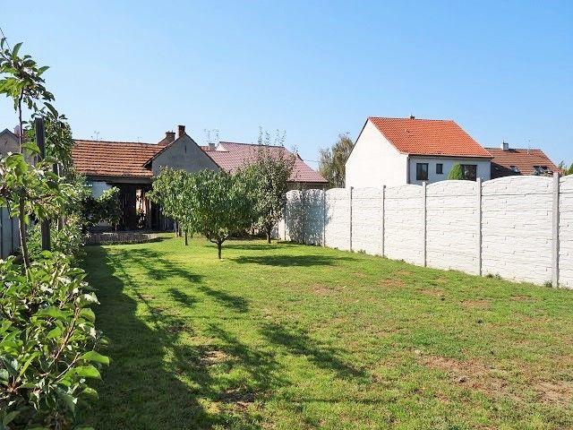 Zahrada, pohled zprava zezadu