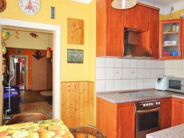 Kuchyně, pohled zezadu k obýváku