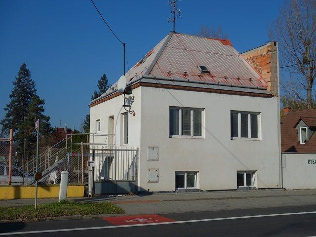 Pohled na dům šikmo přes ulici