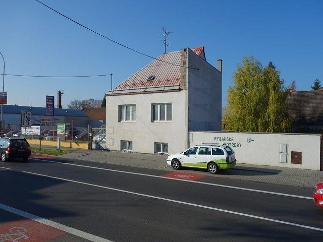 Dům, pohled přes ulici zprava
