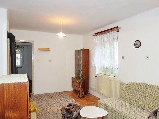 Obývák, pohled ke dveřím a oknu