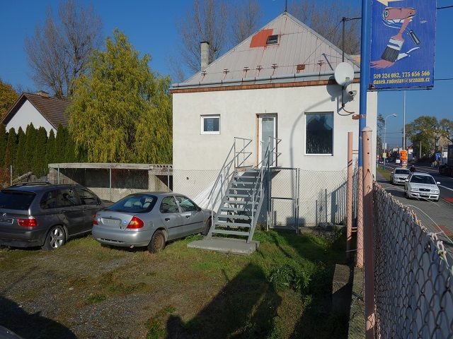 Dům z boku a vstup do 1. patra