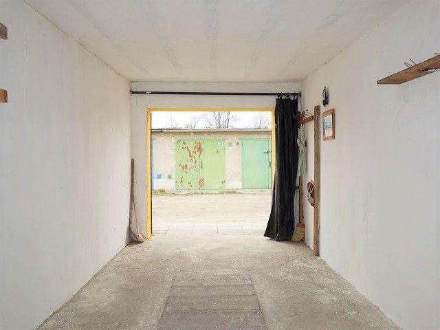 Vnitřek garáže ke vjezdu