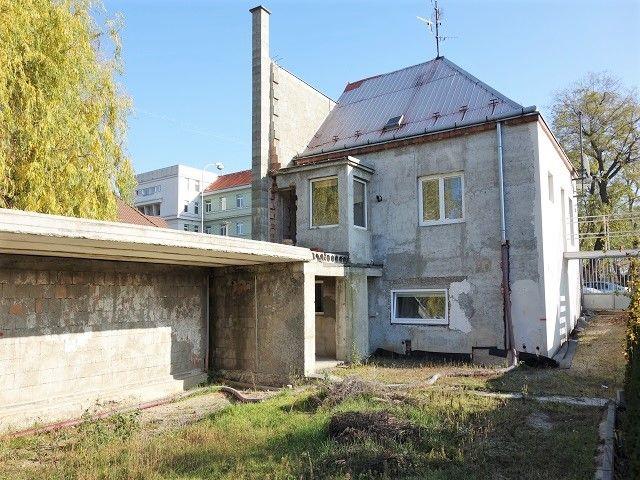 Zadní vstup domu, dvůr, přístavek