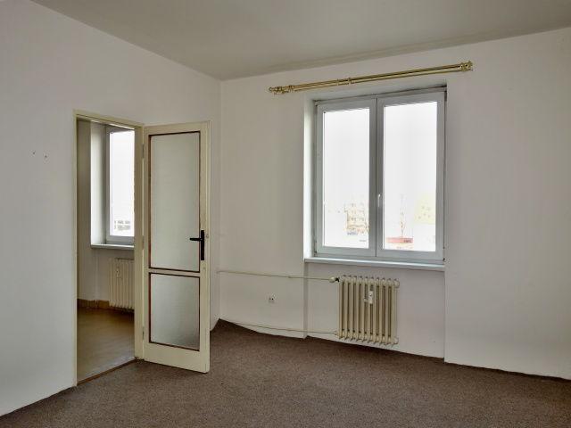 Pokoj, pohled k oknu a kuchyni