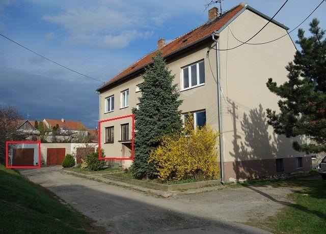 Dům a garáž, pohled zepředu