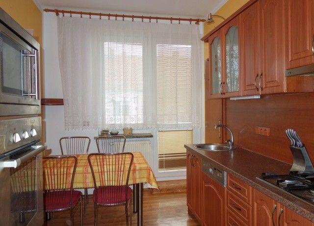Kuchyně, pohled k oknu a balkonu