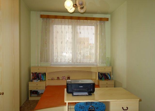 Ložnice, pohled k oknu