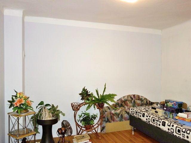 2. (průchozí) pokoj